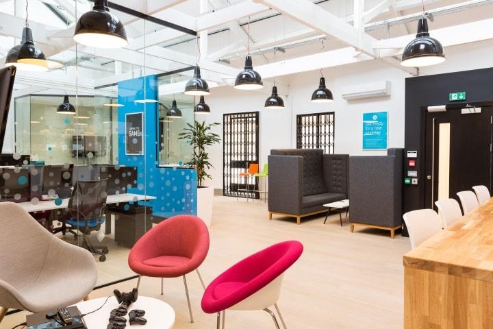 Mẫu thiết kế văn phòng mở hiện đại với vách ngăn kính tại Hà Nội